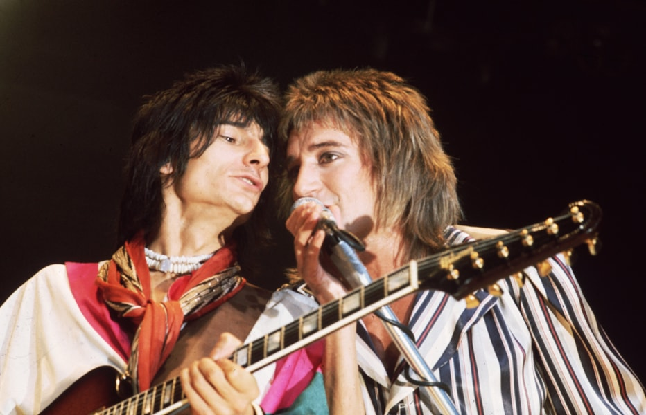 circa 1975:  Singer Rod Stewart and guitarist Ron Wood of 'The Faces'  in concert.  (Photo by Keystone/Getty Images)