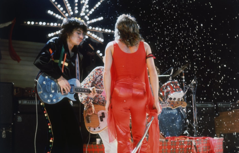 British rock stars Ron Wood (left) and Rod Stewart on stage during a concert by The Faces, circa 1974. (Photo by Keystone/Hulton Archive/Getty Images)